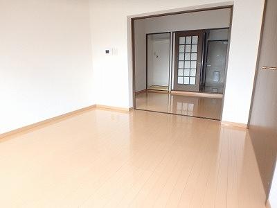ジュネス東大利 / 201号室リビング