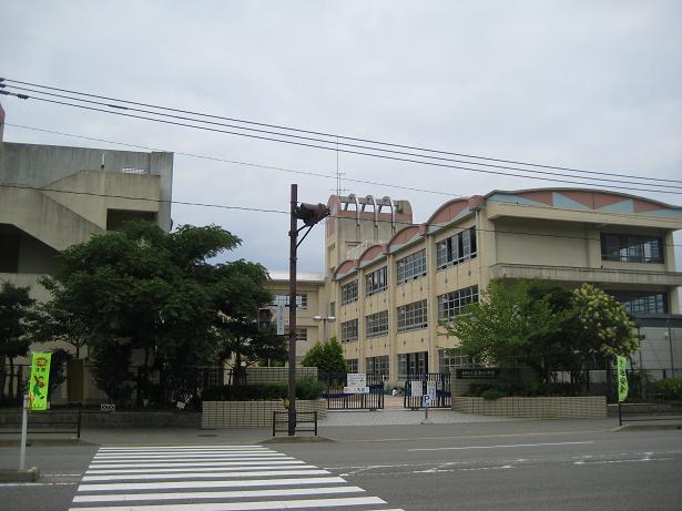 三苫小学校:小学校まで徒歩7分。お子様の通学も安心の距離です!!