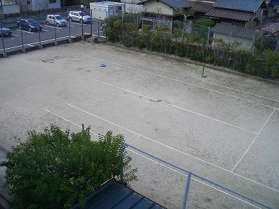 敷地内にテニスコートがあります