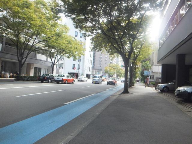 博多駅から竹下駅へ通る大通り。竹下駅に行くにつれビジネス街から住居地区へ移り変わって行きます。