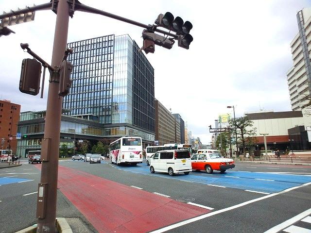 天神を縦断する大通り。交通量・歩行者共に多い福岡主要道路。ここから一本入ったところになります。