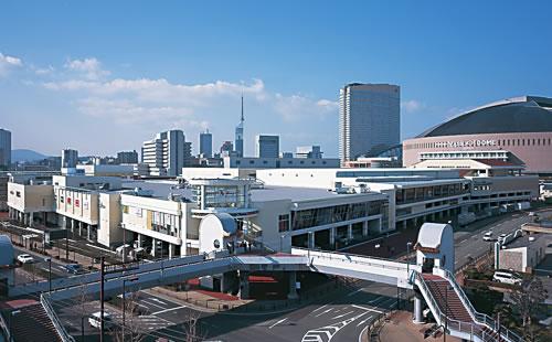 雑貨から洋服、飲食店など様々なお店が連なるショッピングモール。ヤフオクドームが隣接。