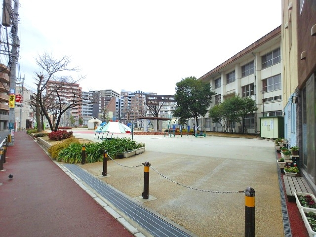 近隣は小学校や住宅が立ち並ぶ住宅街。飲食店なども多い。