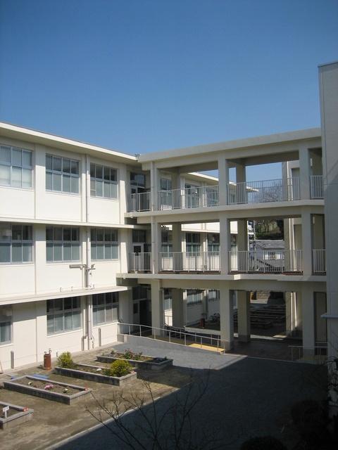 周辺は福岡中学校を初め、福岡小学校、福岡大附属若葉高校など学校が多数存在する文教区。