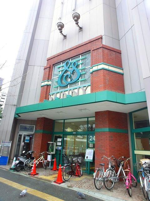24時間営業のスーパー。渡辺通りと日赤通りをつなぐ交差点の角地にあります。