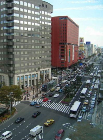 天神を縦断する大通り。交通量はかなり多い。ここから一本入ったところに物件があります。